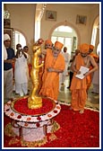 27 May - Swamishri Arrives in Mombasa