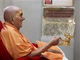 Swamishri performs arti on Pramukh Varni Din (May 21, 1950 - the day Shastriji Maharaj appointed young Shastri Narayanswarupdas as the Pramukh of the Sanstha)