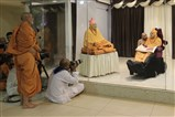 Pujya Viveksagar Swami prays before Swamishri