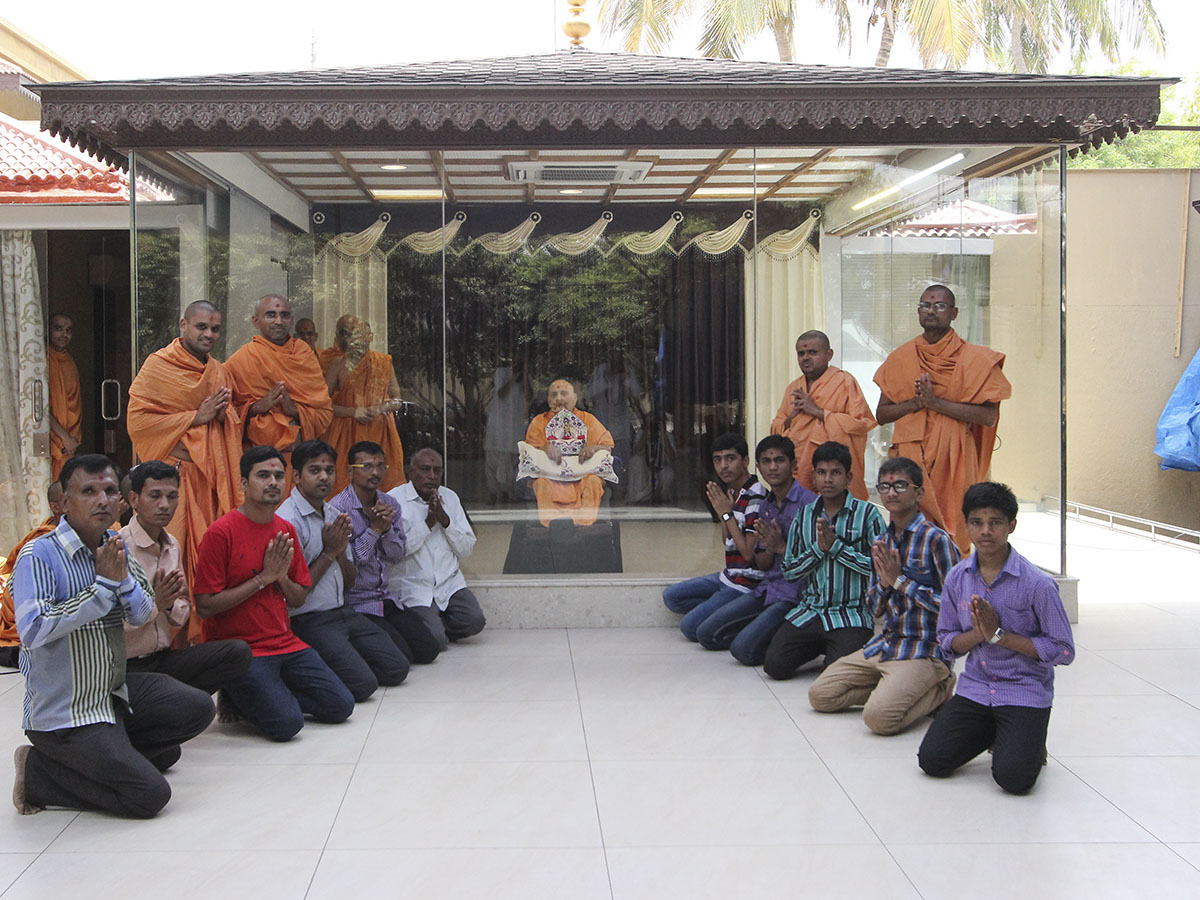 Swamishri blesses students of Swaminarayan Vidyamandir, Sarangpur, who have scored in the top 10 (above 99.9th percentile) of the SSC State Board examinations for Standard 10