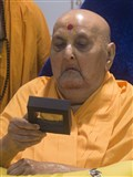 Swamishri sanctifies a souvenir