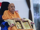 Swamishri sanctifies 'Dr. Shriprakash Dube Rashtriya Darshan Puraskar' awarded to AARSH, Gandhinagar