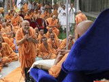 Pujya Ishwarcharan Swami prays before Swamishri