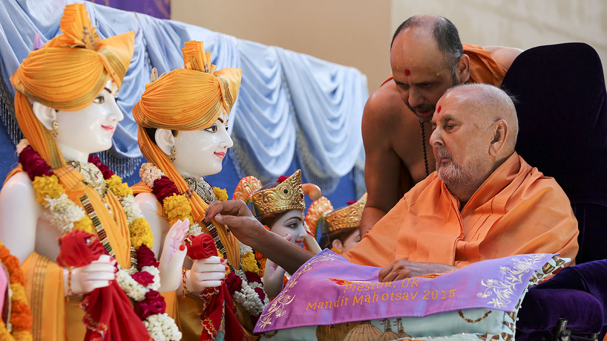 Swamishri performs pujan of murtis for BAPS Shri Swaminarayan Mandir, Preston, UK