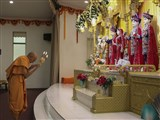 Pujya Mahant Swami performs arti of Thakorji