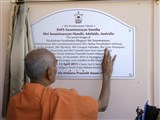 Pujya Mahant Swami performs pujan of plaque
