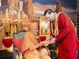 Pujya Mahant Swami presents a memento to an invited guest