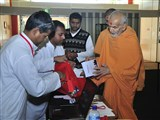 Pujya Mahant Swami visits registration desk