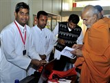 Pujya Mahant Swami visits shibir registration desk