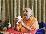 Swamishri sanctifies a conch