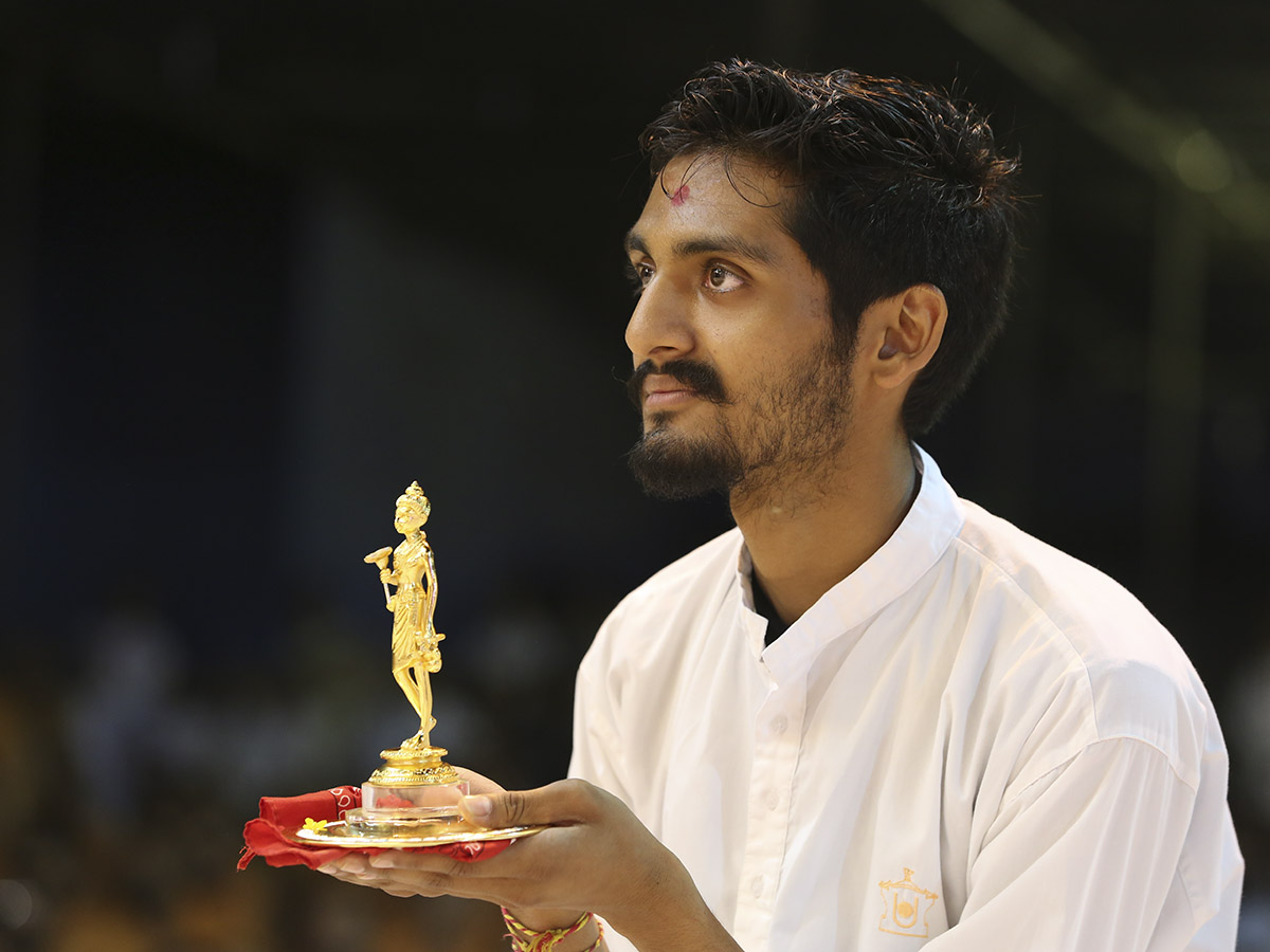 A youth doing darshan of Swamishri