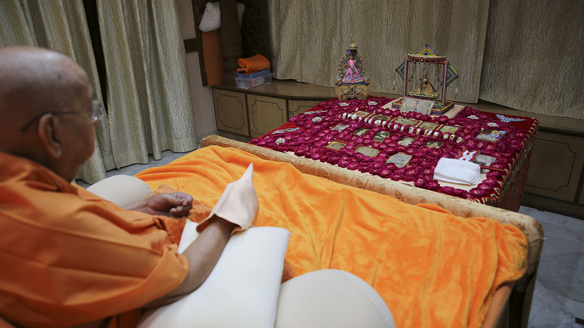 Swamishri performs his morning puja