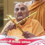 Swamishri sanctifies dandiya sticks