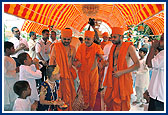 20 May - Swamishri Arrives at Dar-es- Salaam