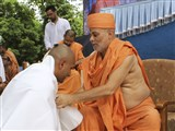 Pujya Viveksagar Swami blesses a newly initiated parshad
