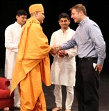Pujya Vivekyogi Swami welcoming Gahanna City Councilman Joseph Gergley.
