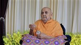 HH Pramukh Swami Maharaj applies tilak in his morning puja