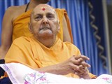 Swamishri arrives in the mandir grounds in the