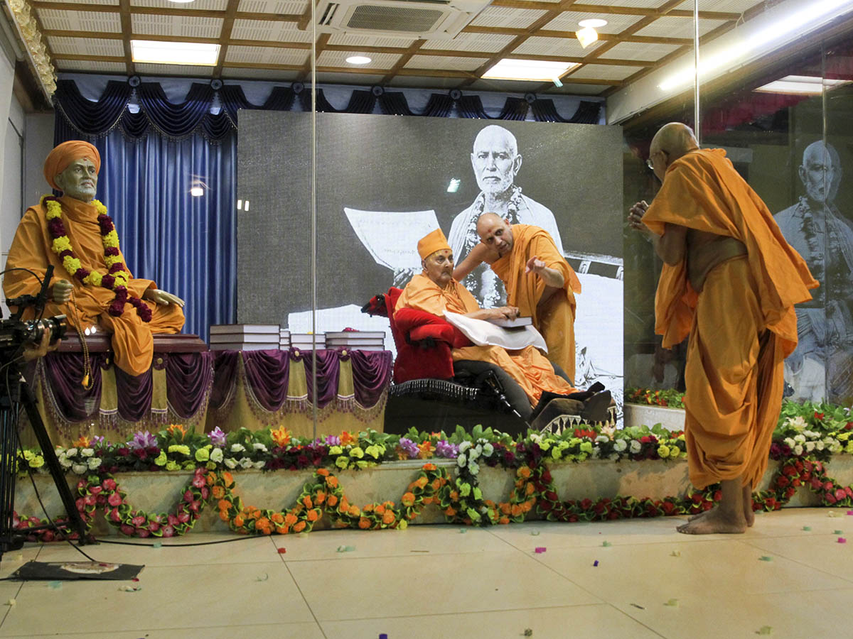 Swamishri blesses Pujya Bhaktipriya Swami (Pujya Kothari Swami) after sanctifying his Ph.D. thesis