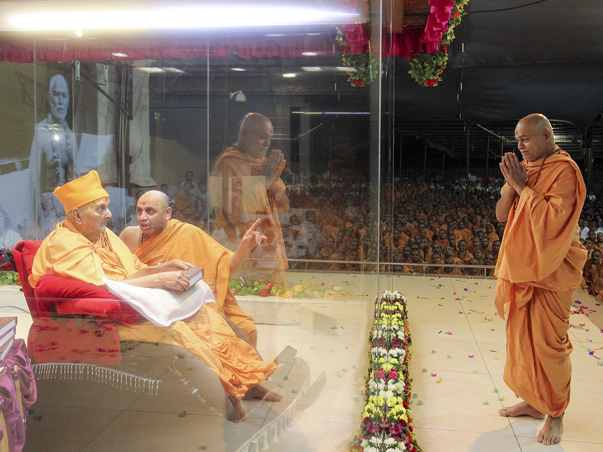 Swamishri blesses Pujya Bhagwatpriya Swami after sanctifying his Ph.D. thesis