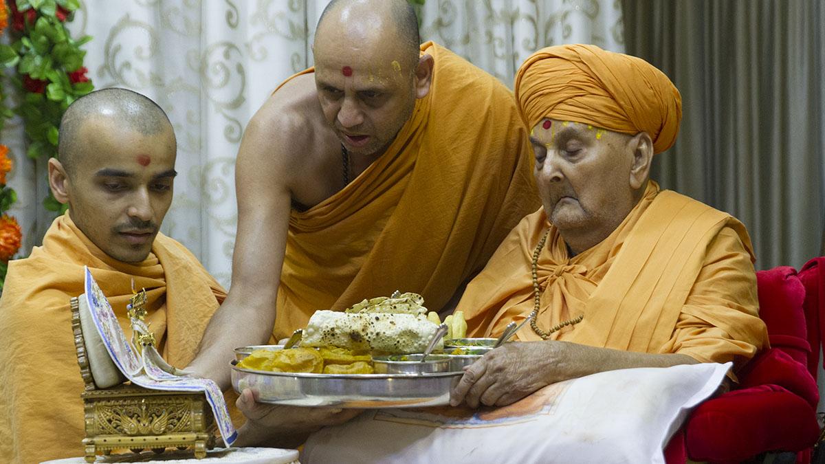 Swamishri offers thal to Thakorji on the occasion of Shastriji Maharaj Smruti Parva