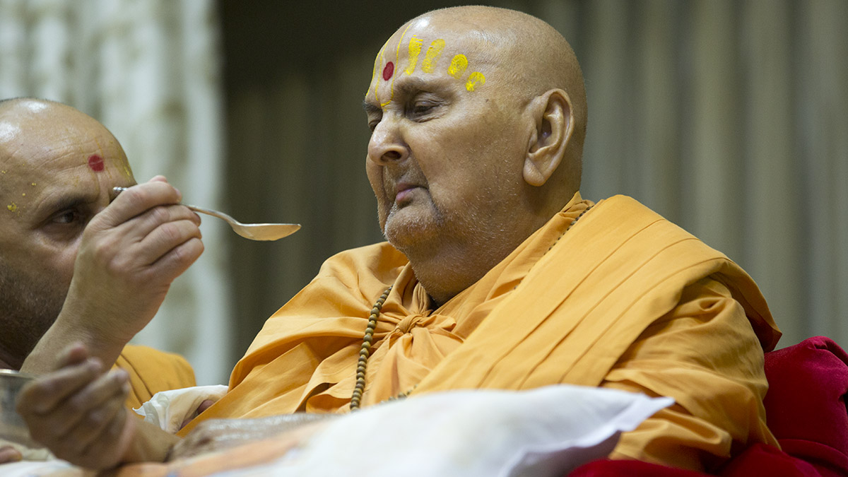 Swamishri partakes prasad on the occasion of Shastriji Maharaj Smruti Parva