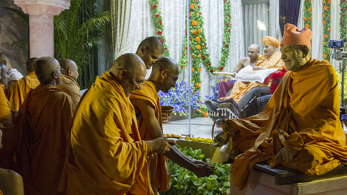 Swamishri serves sanctified dudhpak to sadhus