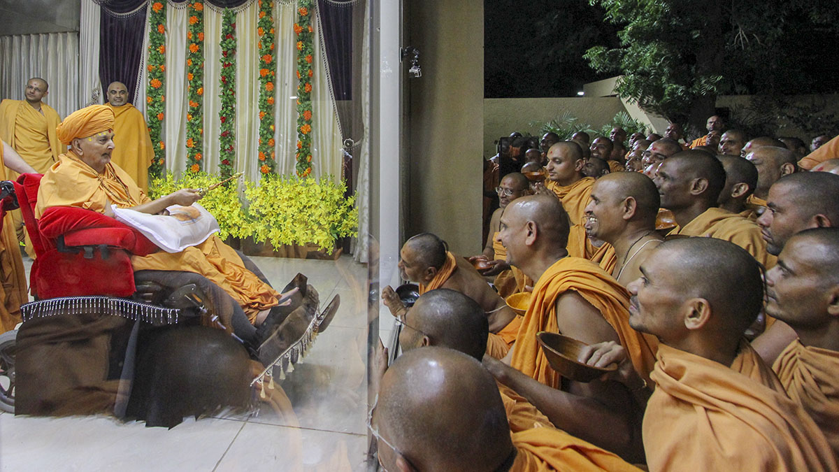 Sadhus doing darshan of Swamishri