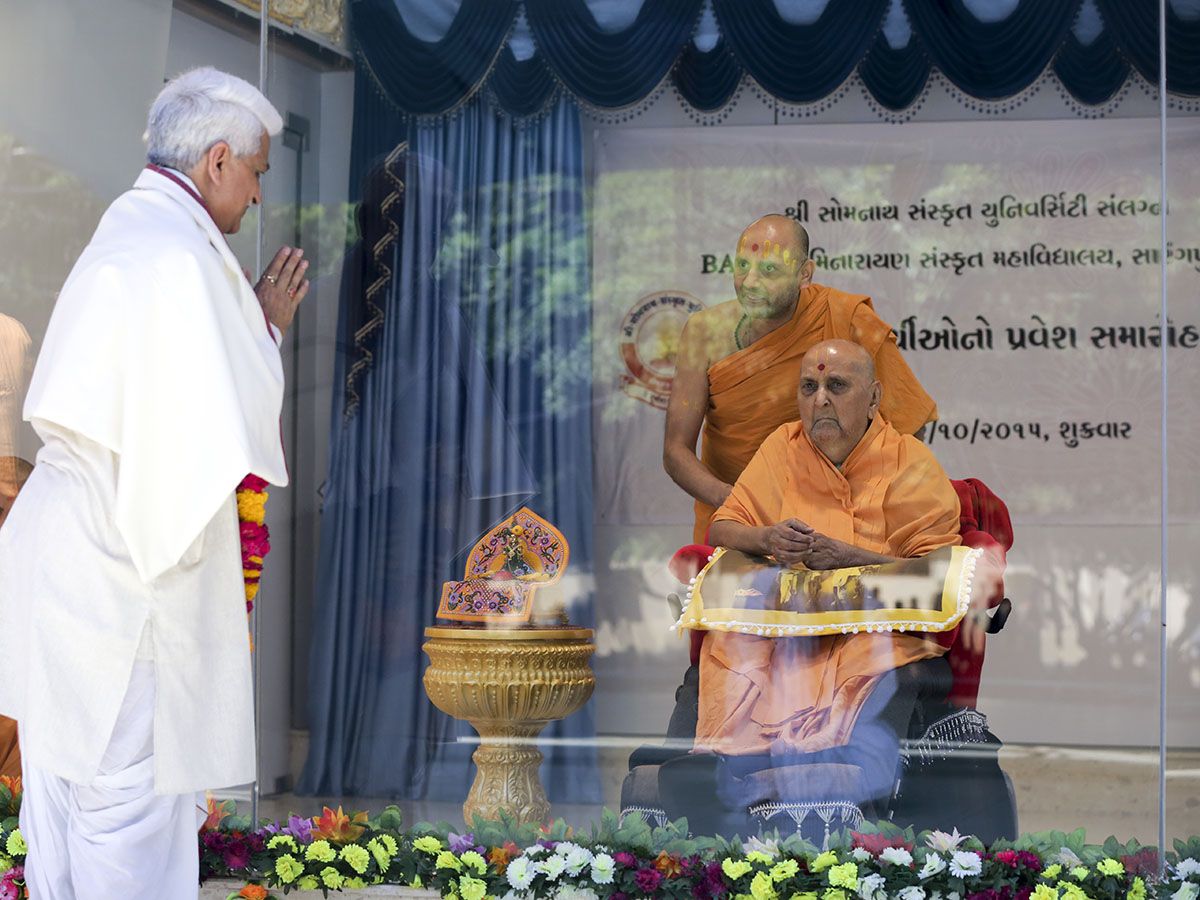 Swamishri blesses Professor A.N.Chaudhary, Vice Chancellor of Shree Somnath Sanskrit University