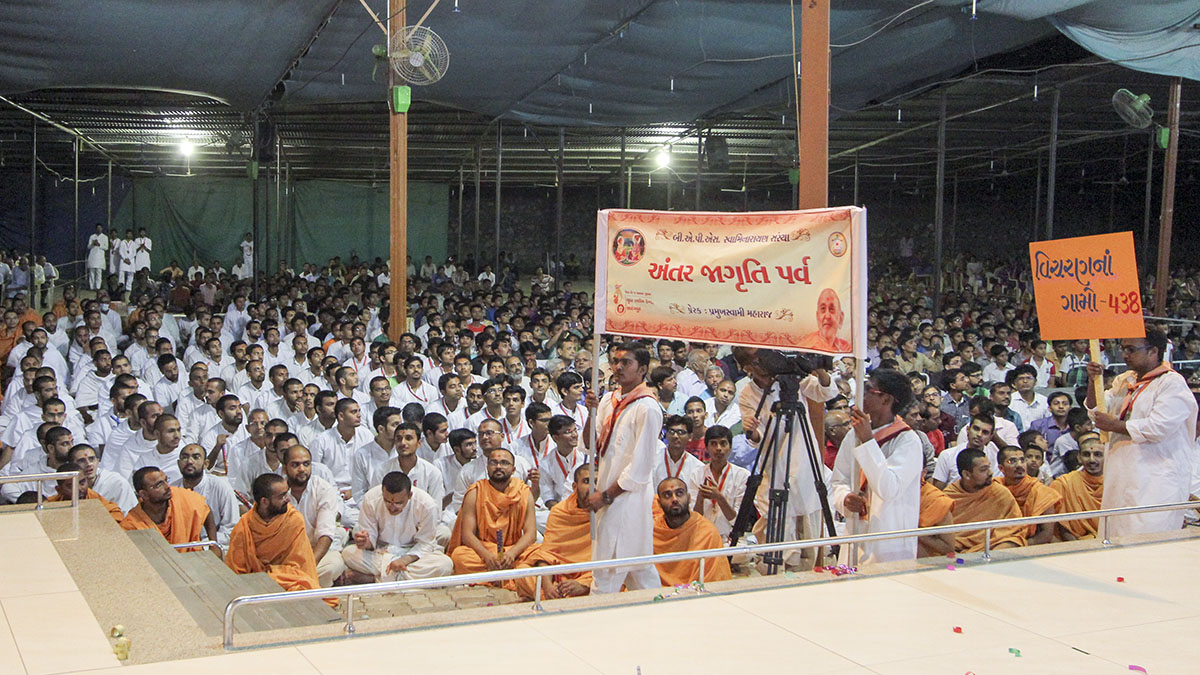 Youths from the 'Yuva Talim Kendra', Sarangpur, highlight their activities before Swamishri