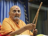 Swamishri plays dandiya