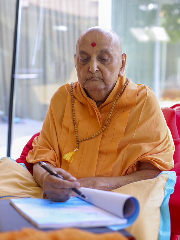 Swamishri sanctifies a book