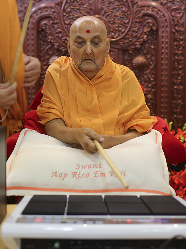 Swamishri sanctifies octapad