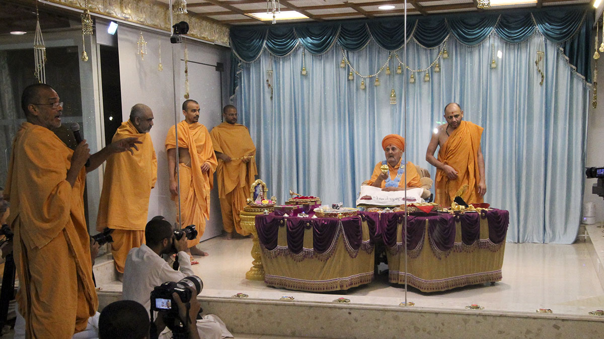 On the auspicious day of Dhan Teras, Swamishri performs Lakshmi Pujan