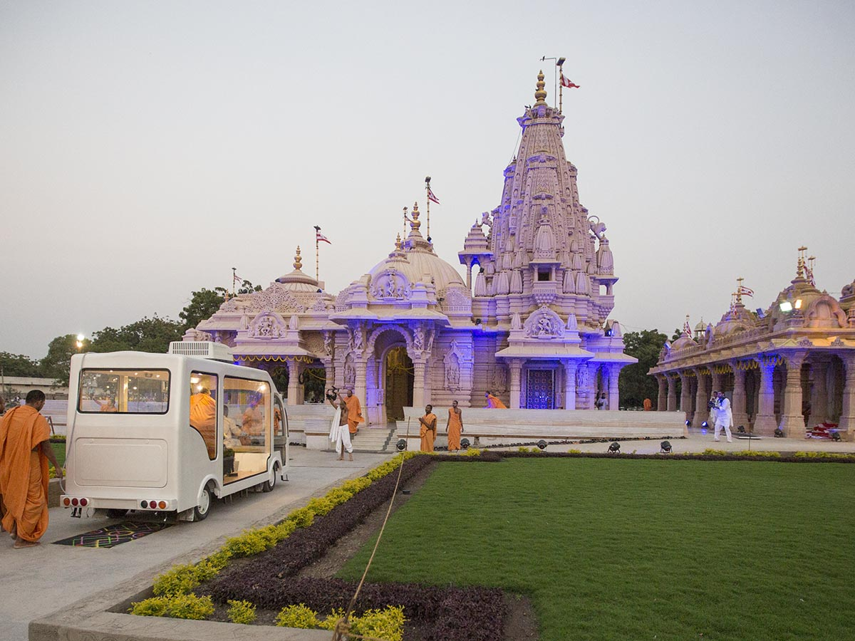 Swamishri arrives at Smruti Mandir