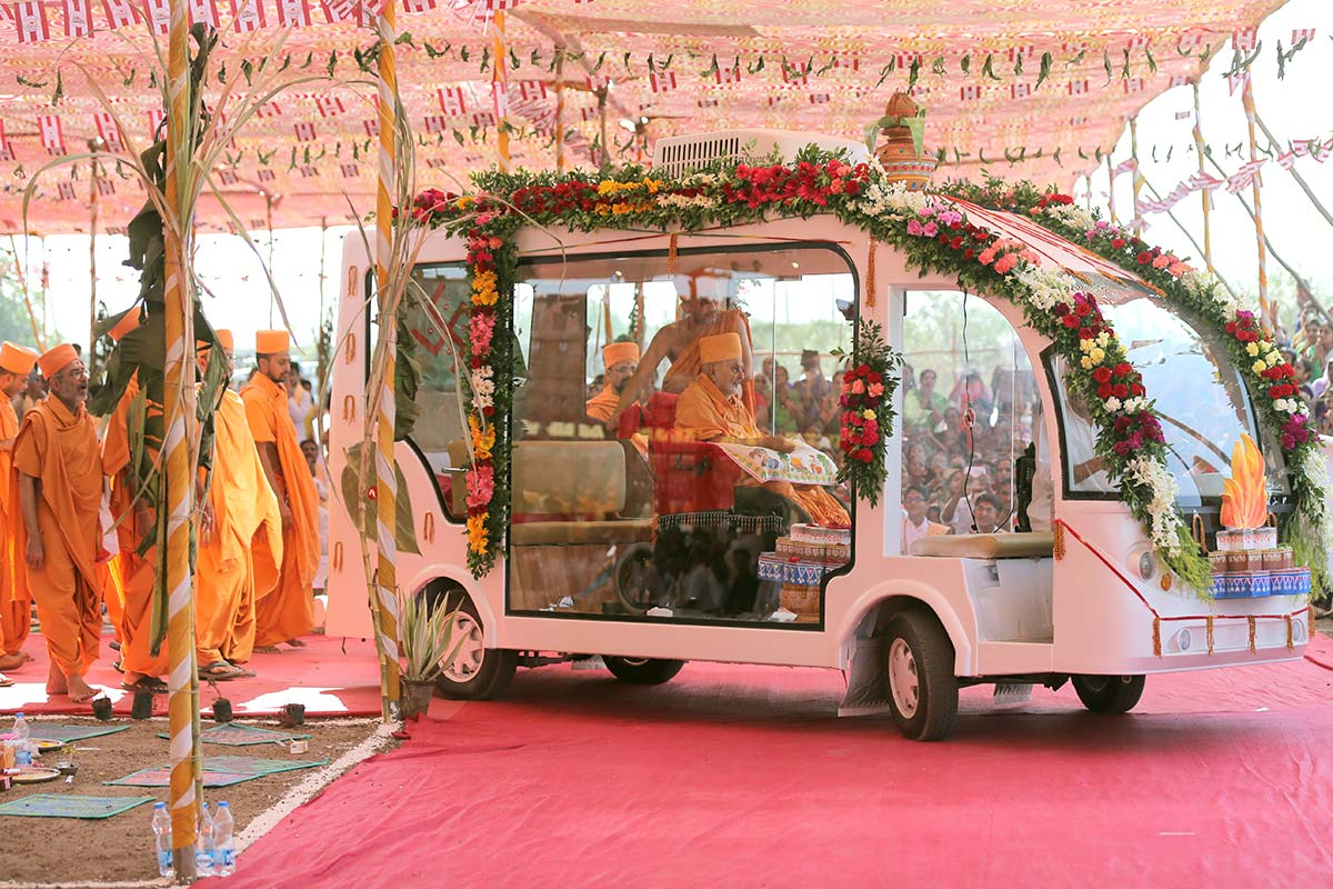 Swamishri arrives to participate in yagna rituals