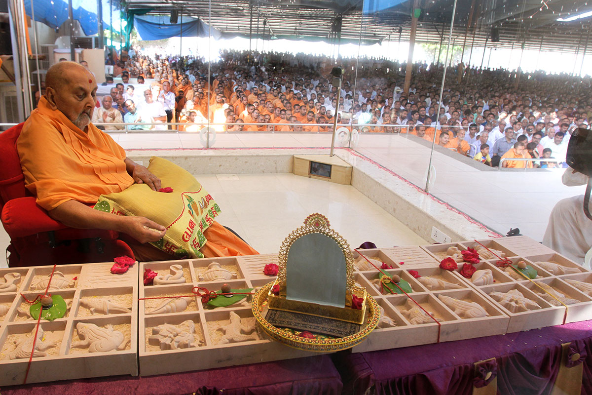 Swamishri sanctifies shilas for Guru Parampara and Abhishek Mandapam, Mahelav