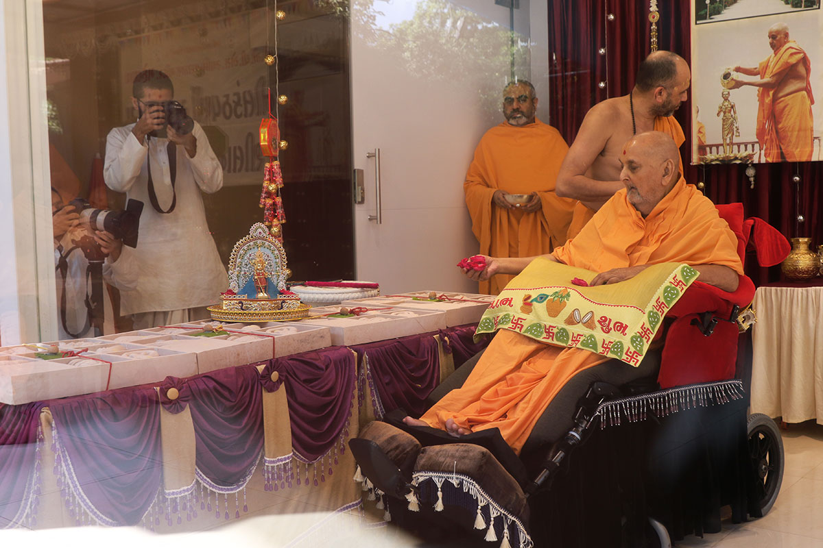 Swamishri sanctifies shilas