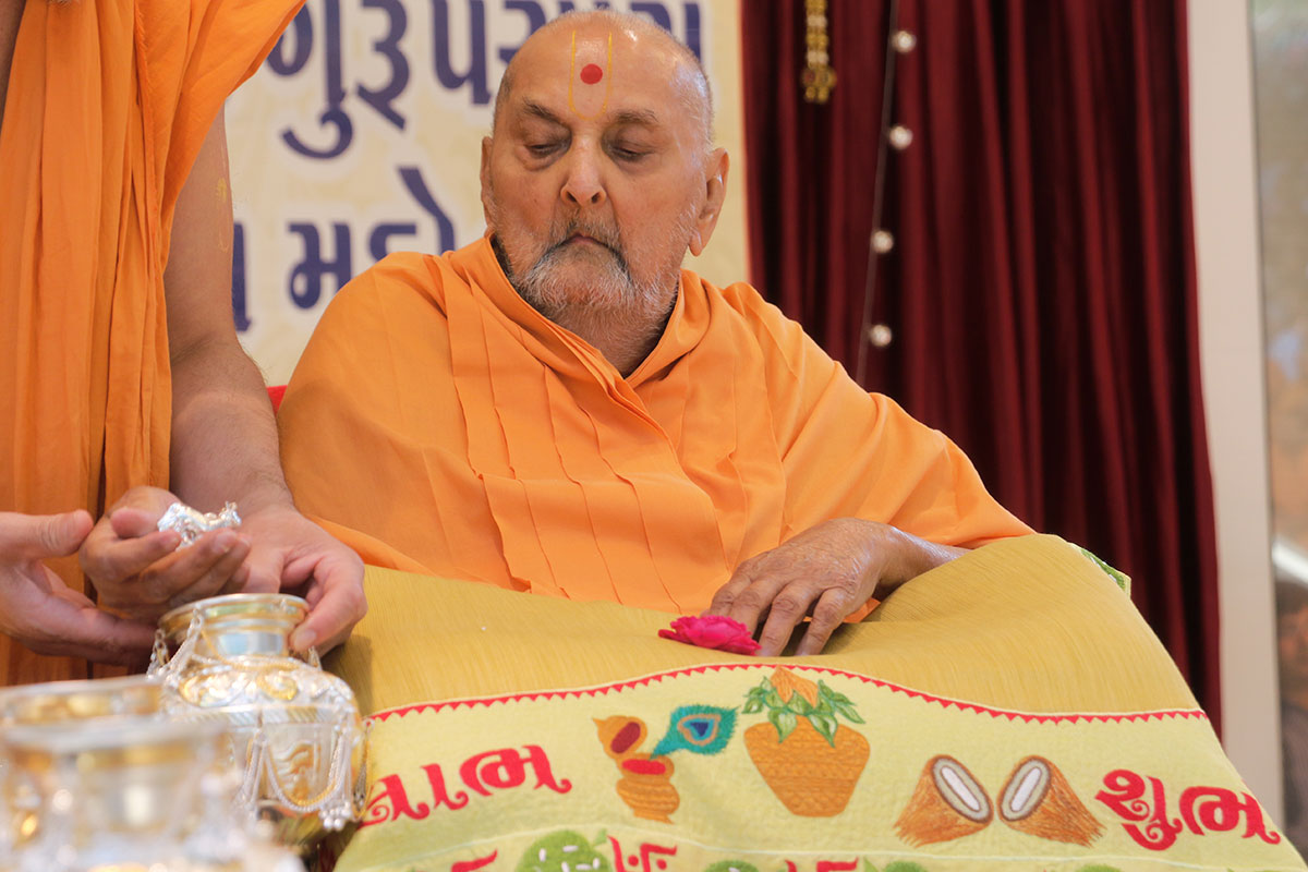 Swamishri performs pujan of kalash