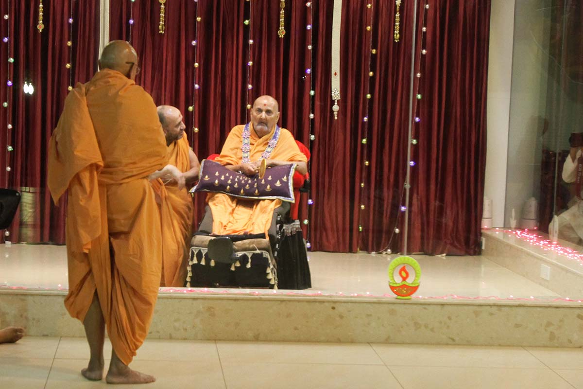 Pujya Tyagvallabh Swami prays before Swamishri