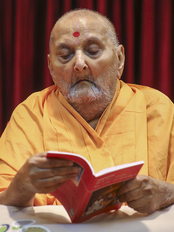 Swamishri inaugurates a new print publication,  'Hindu Perceptions, Way of Life and Reformers' in the 'Hinduism' series, in the evening