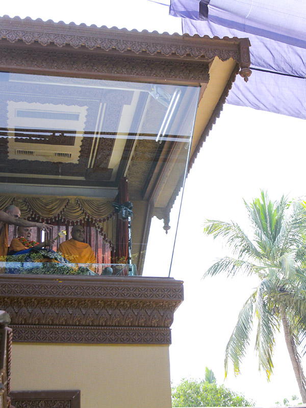 Swamishri arrives in balcony in the morning