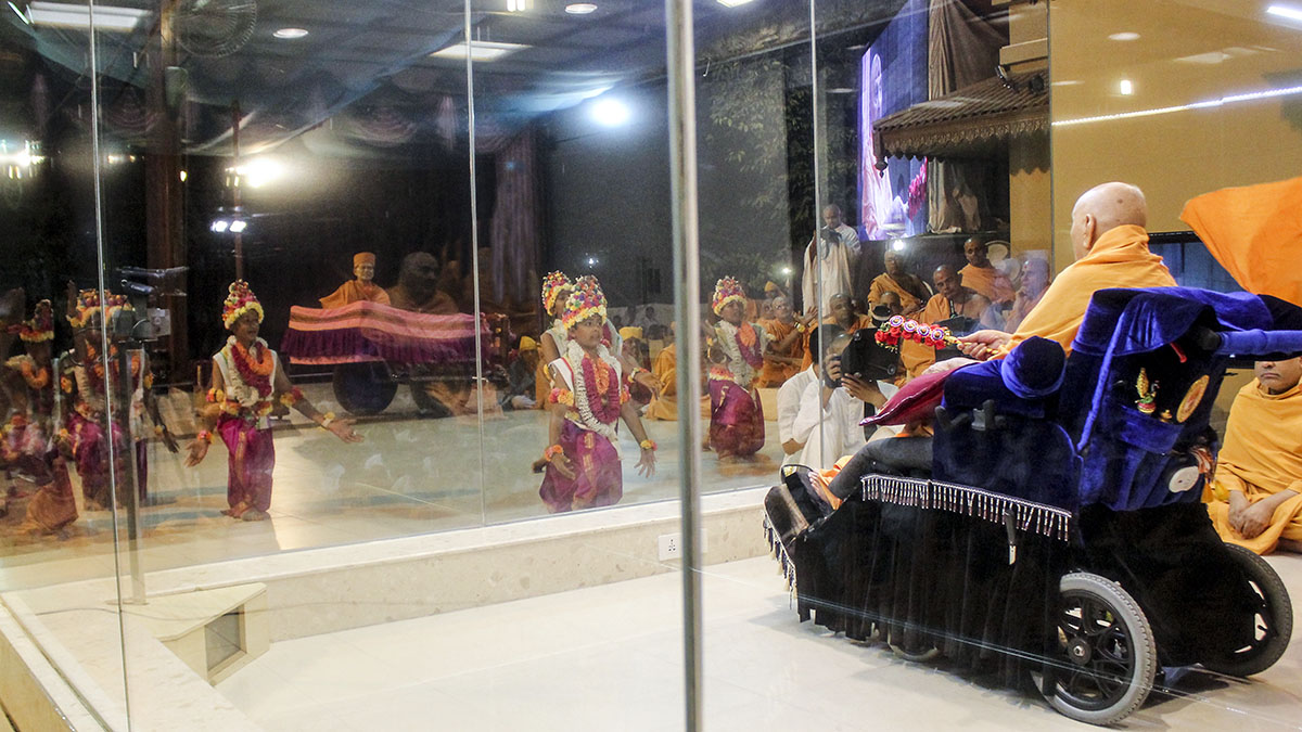 Children perform a cultural dance before Swamishri in the evening