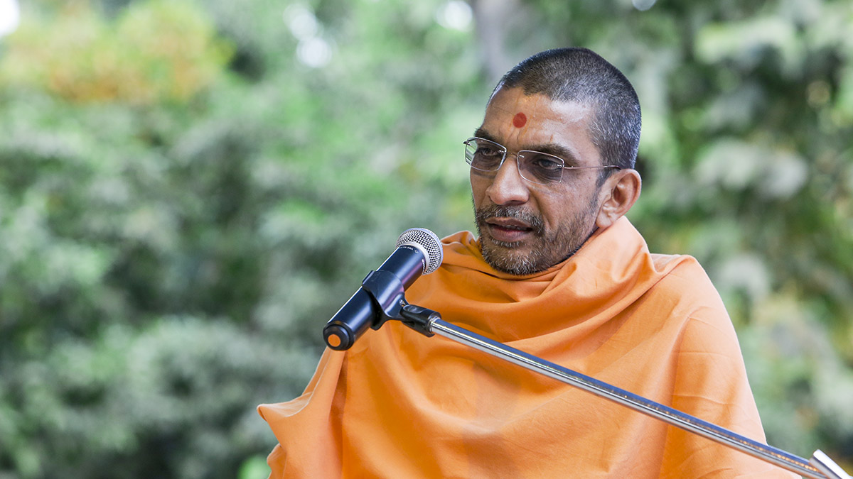Adarshjivan Swami addresses the assembly