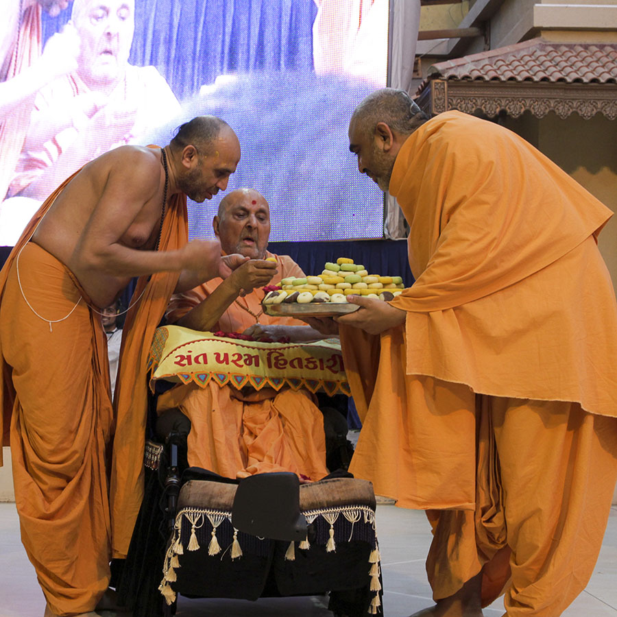 Swamishri sanctifies prasad