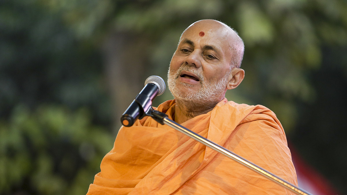 Pujya Viveksagar Swami addresses the assembly