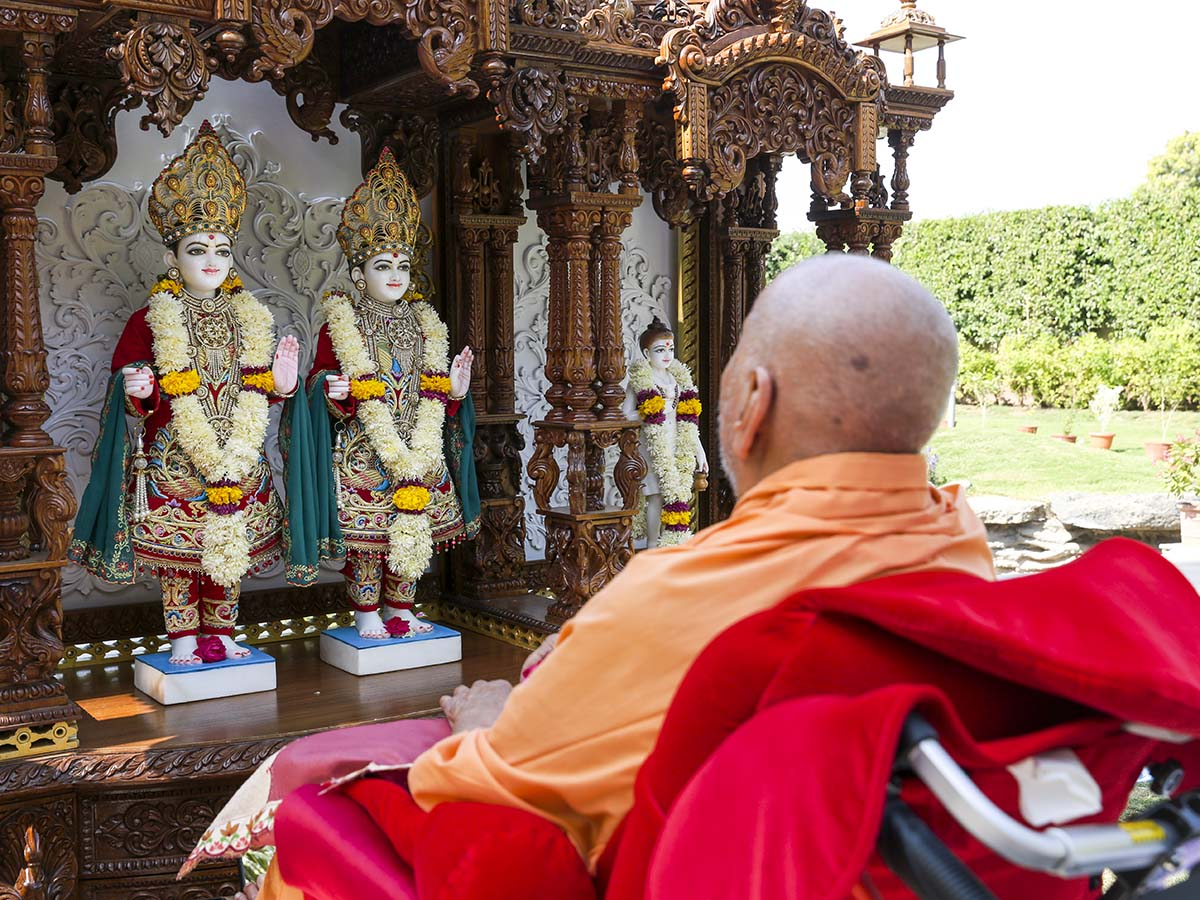 Swamishri sanctifies ghar mandir