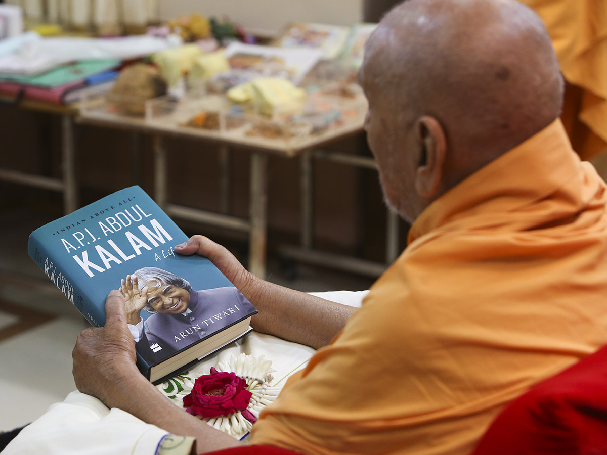 Swamishri sanctifies book