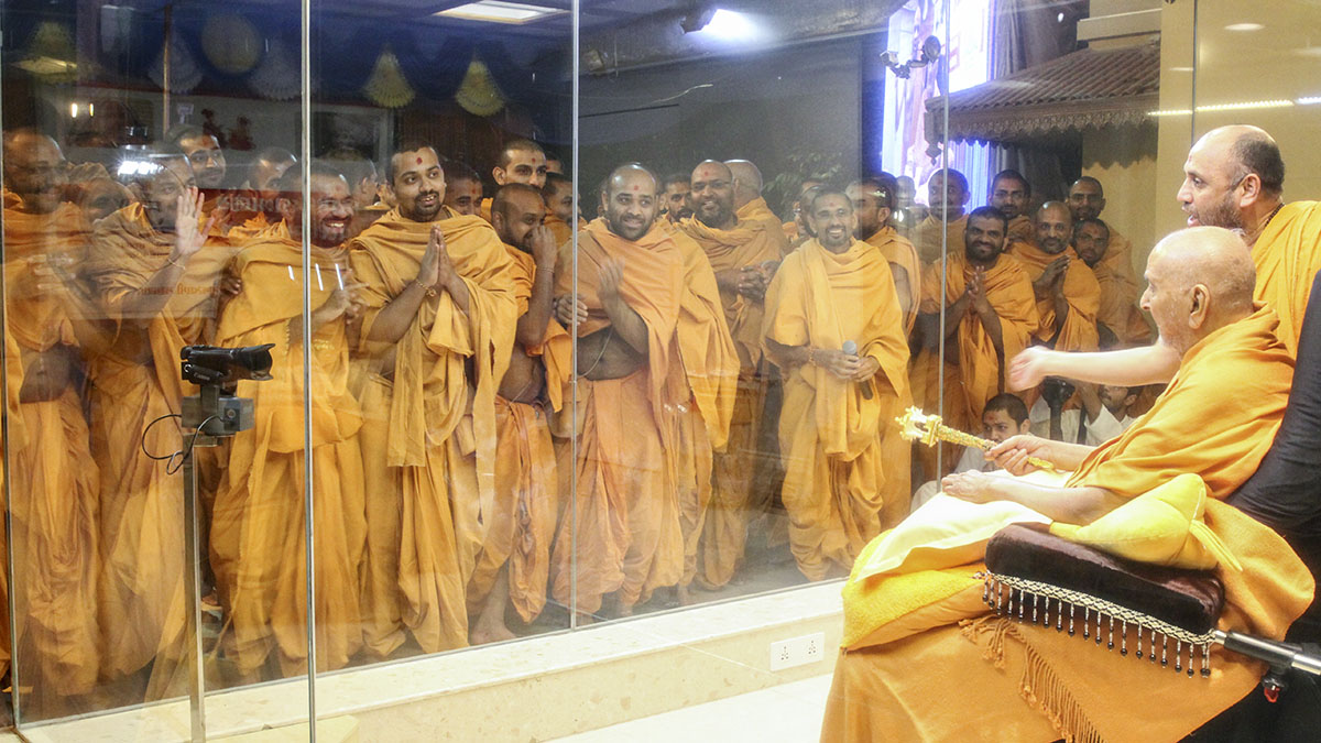 Sadhus who have studied in various BAPS Chattralayas doing darshan of Swamishri