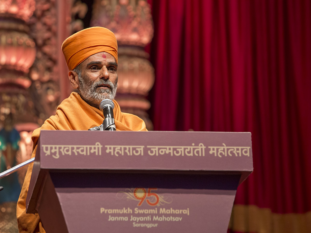 Pujya Anandswarup Swami addresses the assembly